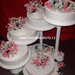 svatebni-dorty-na-stojanu-54